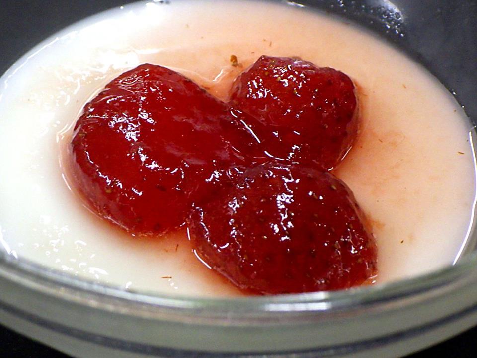 湯荘白樺の「ぷるぷるみるくプリン いちごソースのせ」