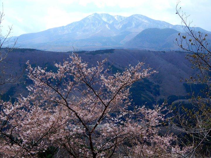 塩原温泉街から高原山、日光連山まで一望。